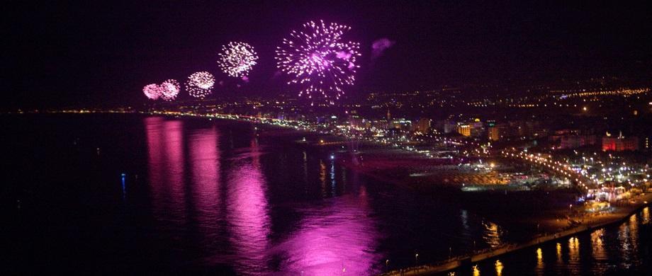 Note Rosa - gli immancabili fuochi ad artificio in riva al mare