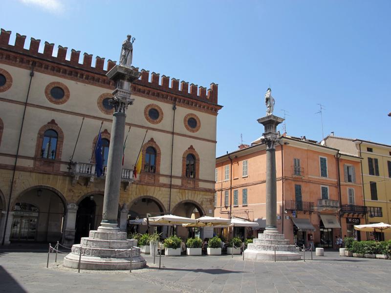 Ravenna,_piazza_del_popolo,_colonne_di_pietro_lombardo